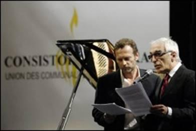 Les acteurs Gérard Darmon (d) and Stephane Freiss durant la cérémonie de commémoration du bicentenaire du Grand Sanhédrin à l'Hôtel de ville de Paris le 11 mars 2007